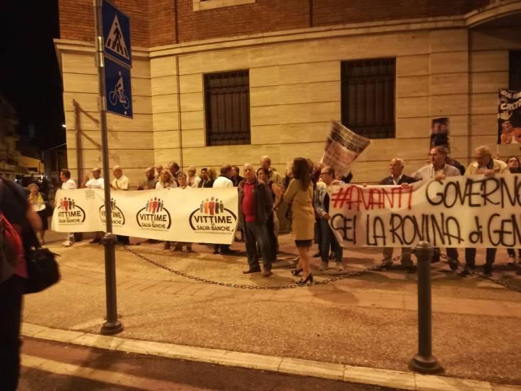 Arezzo, così Renzi sfida i truffati da Banca Etruria